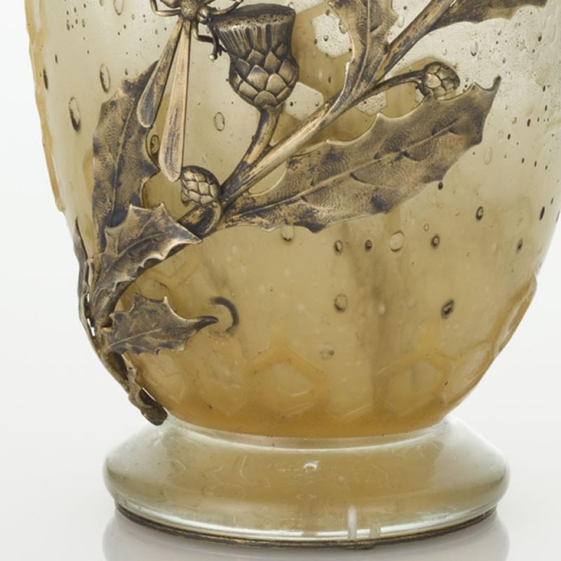エミール・ガレ 蜻蛉と薊の装飾がある金属フレームが付いた蜂文花瓶