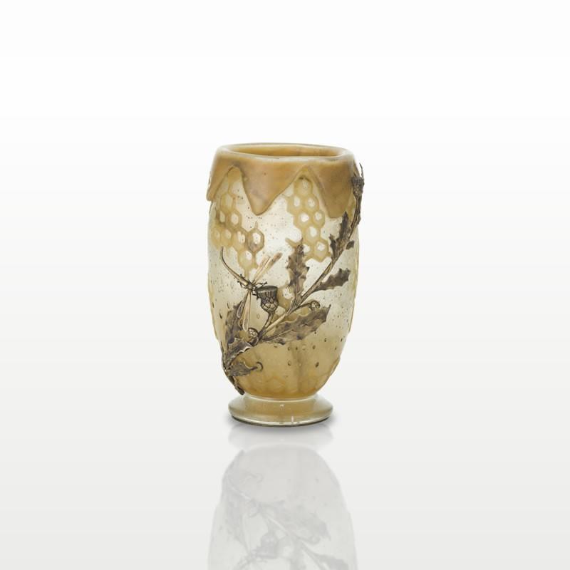 蜻蛉と薊の装飾がある金属フレームが付いた蜂文花瓶